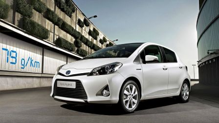 le match toyota yaris hybrid vs peugeot 208 vti 68 blog auto carid al. Black Bedroom Furniture Sets. Home Design Ideas