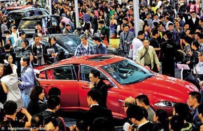 La foule sur le stand de JLR sur le salon en Chine 2012