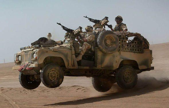 Land Rover Defender Militaire dans le Desert
