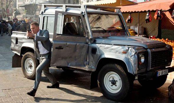 Une icône britannique en rencontre une autre alors que James Bond participe à une course poursuite palpitante dans un Defender