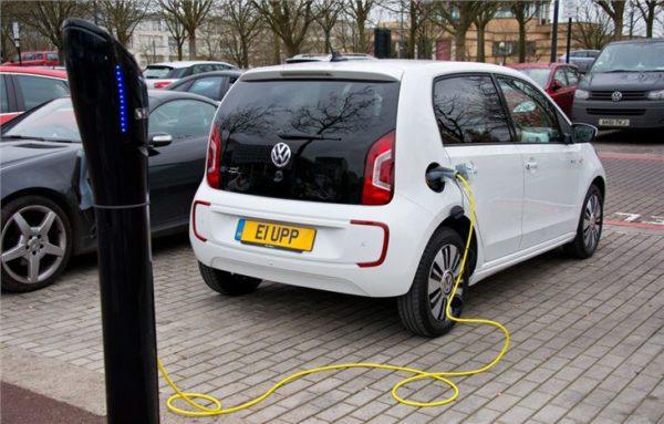 Volkswagen e-up 2014 sur sa borne de recharge