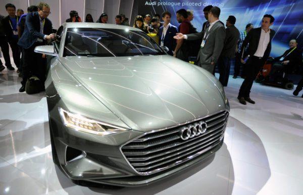 Les visiteurs admirent le prologue Audi, un véhicule concept autonome, sur le stand Audi au CES 2015 international au Centre des congrès de Las Vegas
