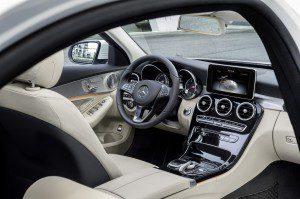 Spectaculaire le tableau de bord de la Mercedes break C250 BlueTec 204 ch en met plein la vue mais reste moins pratique que la Passat