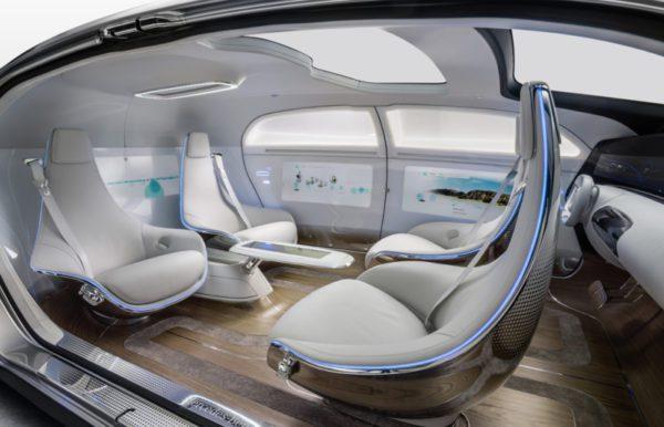 Aussi longtemps que le Maybach, le concept Mercedes F 105 luxe in Motion dispose de quatre sièges qui peuvent être configurés pour se faire face.