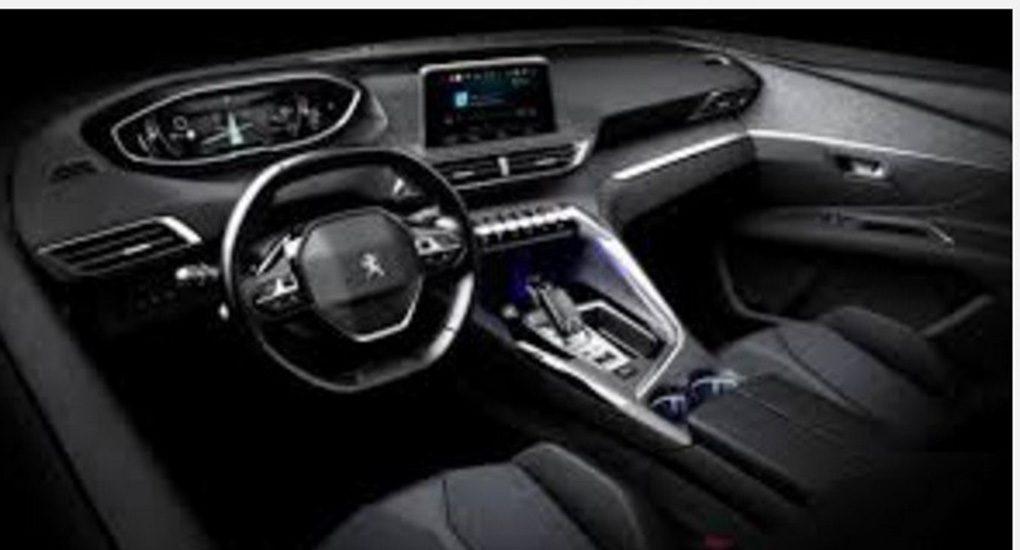 L'intérieur du nouveaut Peugeot 3008 2016 qui tourne autour du conducteur