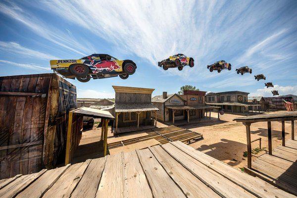 Bryce Menzies saute au Red Bull New Frontier au Bonanza Creek Ranch à Santa Fe, au Nouveau-Mexique, États-Unis le 25 août 2016. Tentative de reccord de saut en Truck. C'est à cette occasion que Menzies s'est blessé à l'épaule