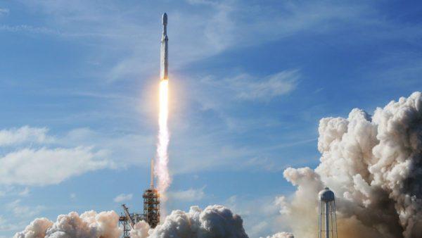 Les cris et les acclamations ont éclaté pendant que la fusée massive a tiré ses 27 moteurs et a grondé dans le ciel bleu