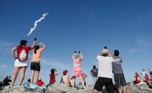 Les spectateurs de Cocoa Beach regardent la première fusée Falcon Heavy de SpaceX depuis le Kennedy Space Center, Floride, États-Unis