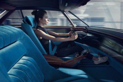 Ennuyé de rester assis? Déployer le volant et reprendre le contrôle des automatismes de Peugeot e-Legend (Crédit: Peugeot)