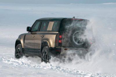 Land Rover Defender dans la neige