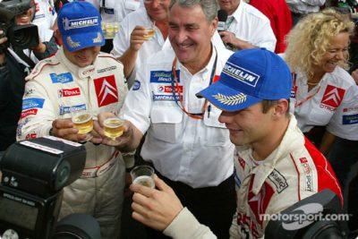 Sébastien et Daniel entourent Guy Fréquelin sur le rallye San Remo 2003.
