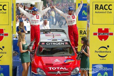 Pilote et copilote fêtent ensemble le nouveau titre constructeurs pour Citroën, sur le rallye de Catalogne 2005.